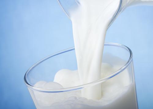 Чем помогает молоко
