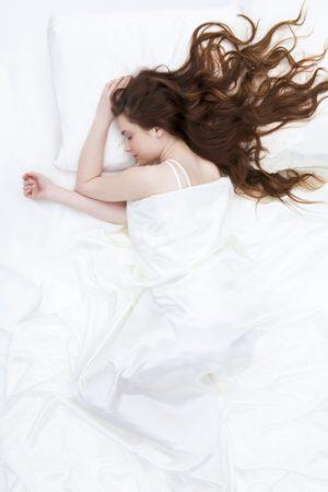 kuda-spat-golovoj